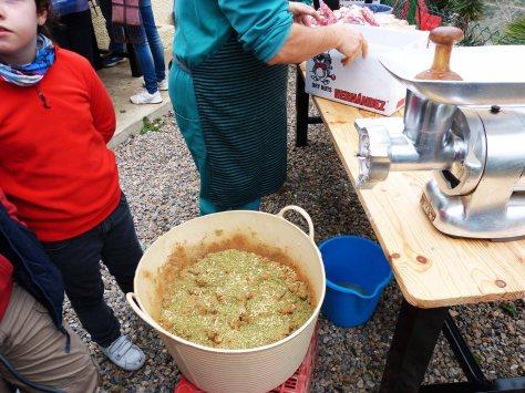 05_Preparando las morcillas con un toque especial según marca la tradición para la zona del Oeste de Cartagena