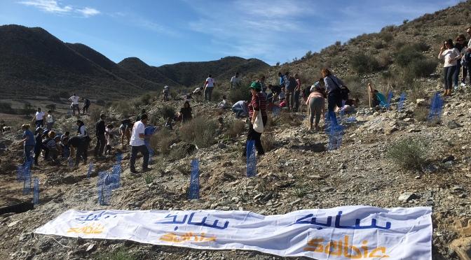 Un centenar de trabajadores de SABIC participan en la replantación del Garbancillo de Tallante